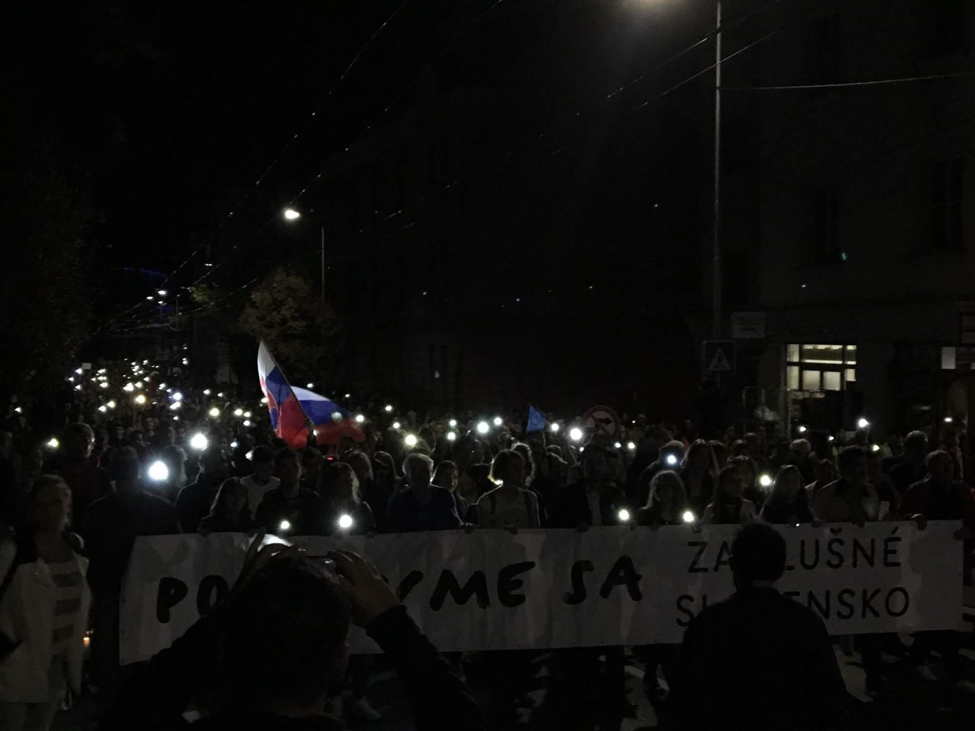 Symbolom protestu bolo svetlo, ktoré má poraziť tmu v slovenskej politike
