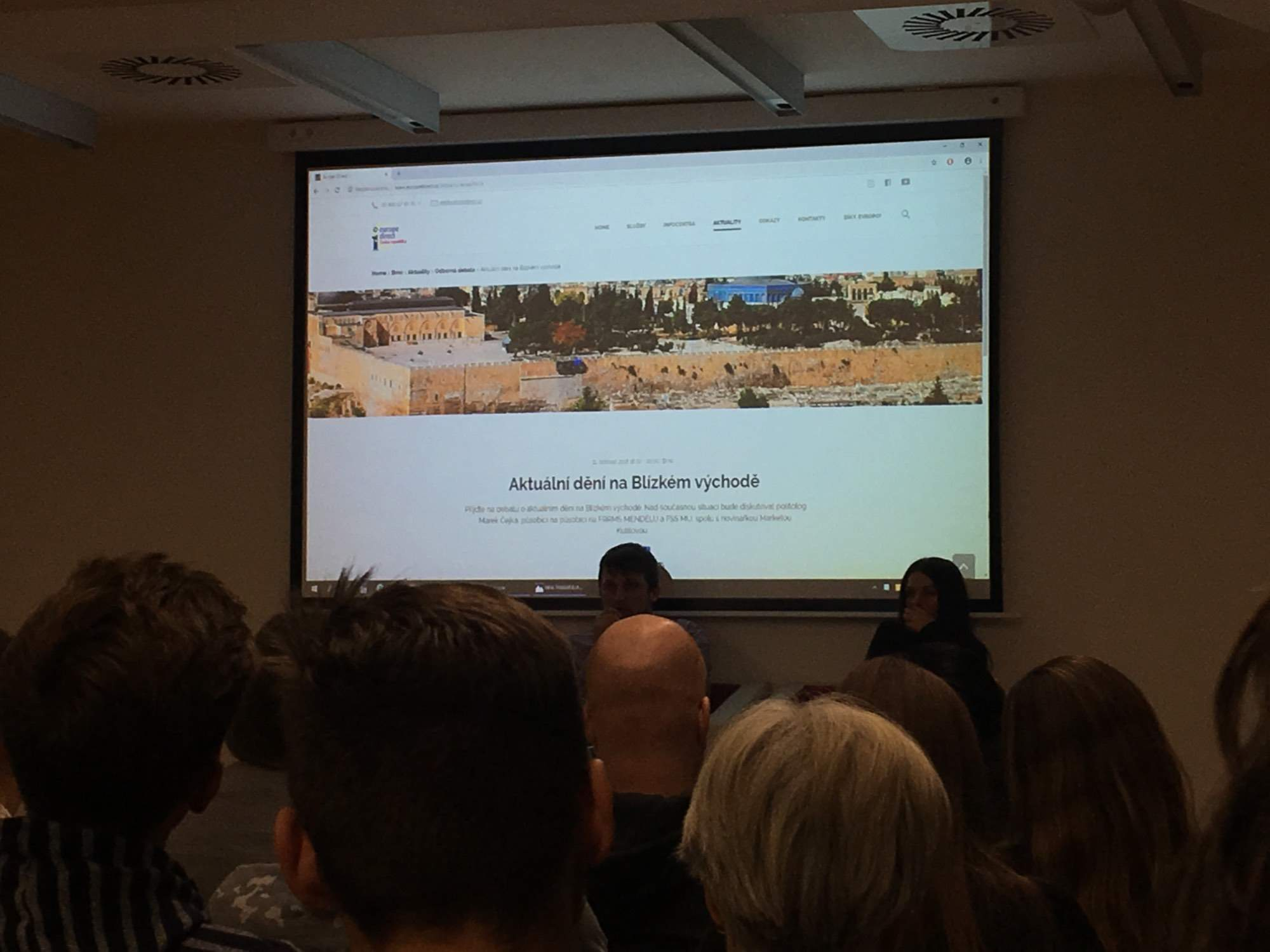 O pôvode konfliktov v Sýrii diskutoval politológ Marek Čejka s novinárkou Markétou Kutilovou. Foto: Kristína Marcinková