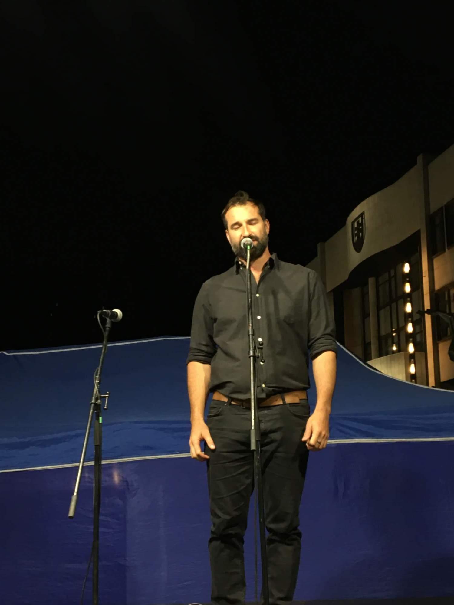 Juraj Benetín spievajúci hymnu Slovenska