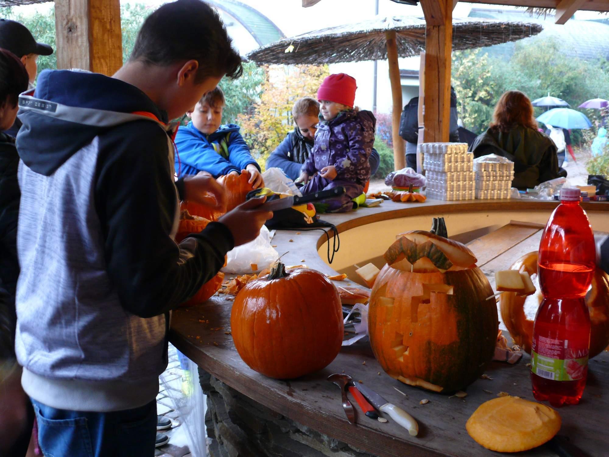 Vyrezávania sa zúčastnili rôzne vekové kategórie. Foto: Kristína Marcinková
