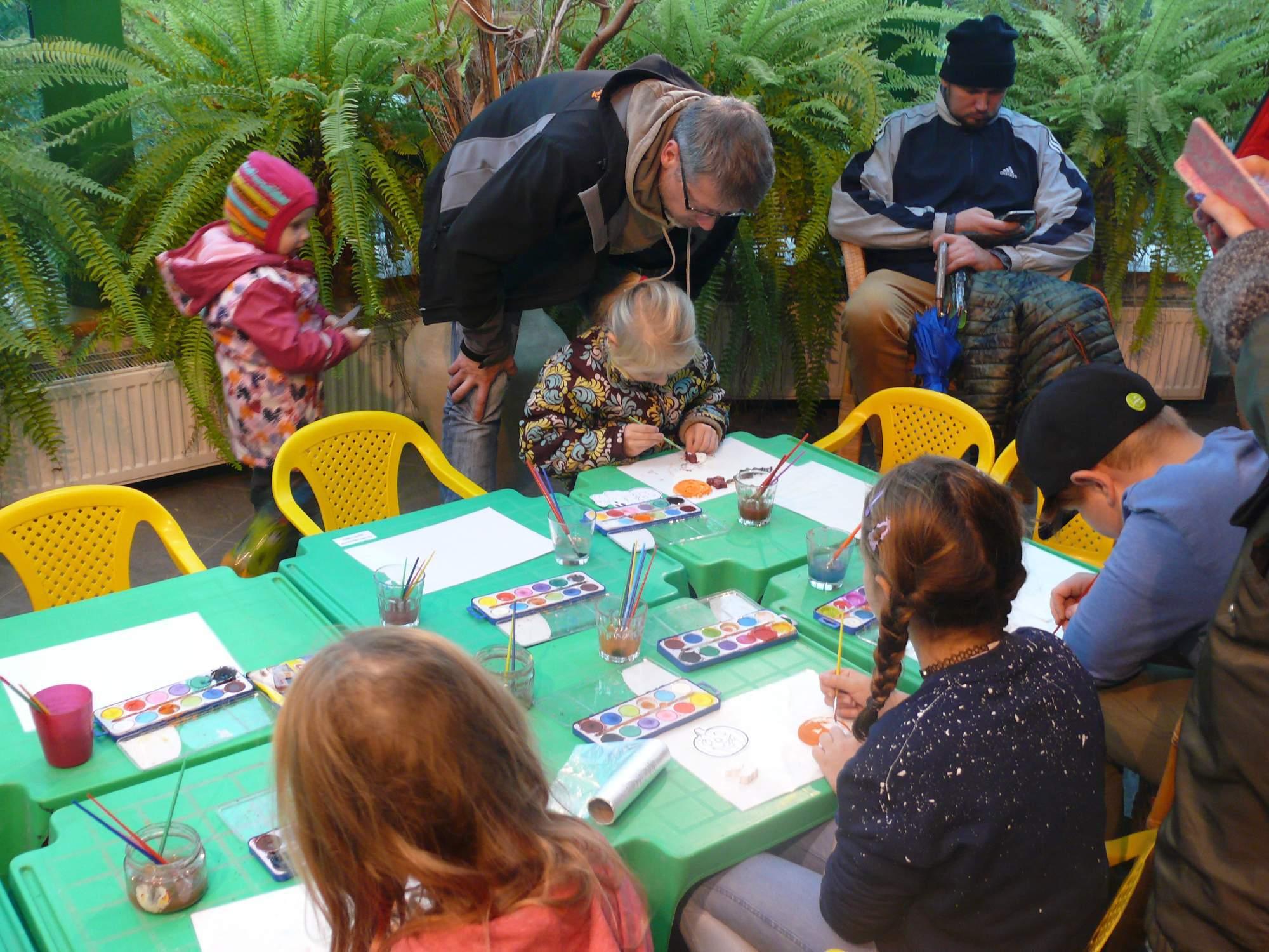 Stôl s kreatívnymi dielňami, kde si deti malovali na sádrové odliatky. Foto: Kristína Marcinková