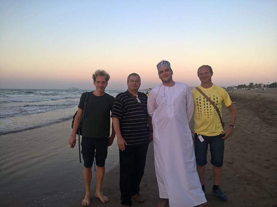 Muzikanti užívají zaslouženého odpočinku na pláži v Ománu, vlevo Jakub Sobotka