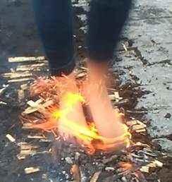 Stání v plamenech www.chuzepoohni.cz - Firewalking, flamewalking, streetfirewalking, chůze po žhavém uhlí www.chuzepoohni.cz