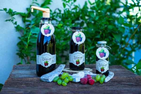 Jahodový sirup - 100% ovoce v lahvi. Na výrobu našeho jahodového sirupu je potřeba 6kg ovoce. Sirupy nejsou ředěné vodou, neobsahují žádnou chemii a ani není uměle doslazován. Vyzkoušejte koncentrované tekuté ovoce v lahvi. Extra hustý jahodový sirup pro děti i do restaurací: https://www.slaskoukjidlu.cz/jahodovy-sirup/