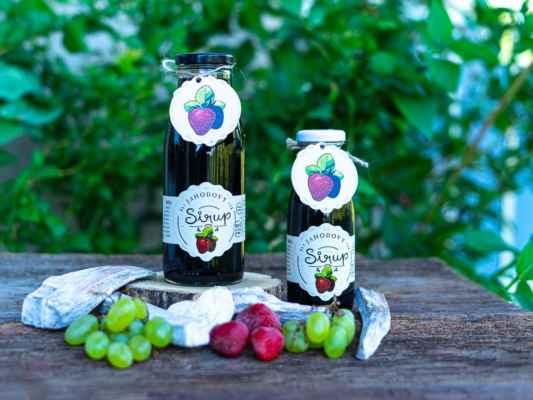 Výborný a hlavně zdravý jahodový sirup bez přidaného cukru a bez chemie. Jahodový sirup obsahuje 100% ovoce, nic než ovoce v našich sirupech nenajdete. Vyzkoušejte tekuté ovoce v lahvi, samozřejmě bez chemie. Na výrobu 1litru našeho sirupu je potřeba 6kg ovoce, představte si tu sílu ovoce a vitamínů: https://www.slaskoukjidlu.cz/jahodovy-sirup/