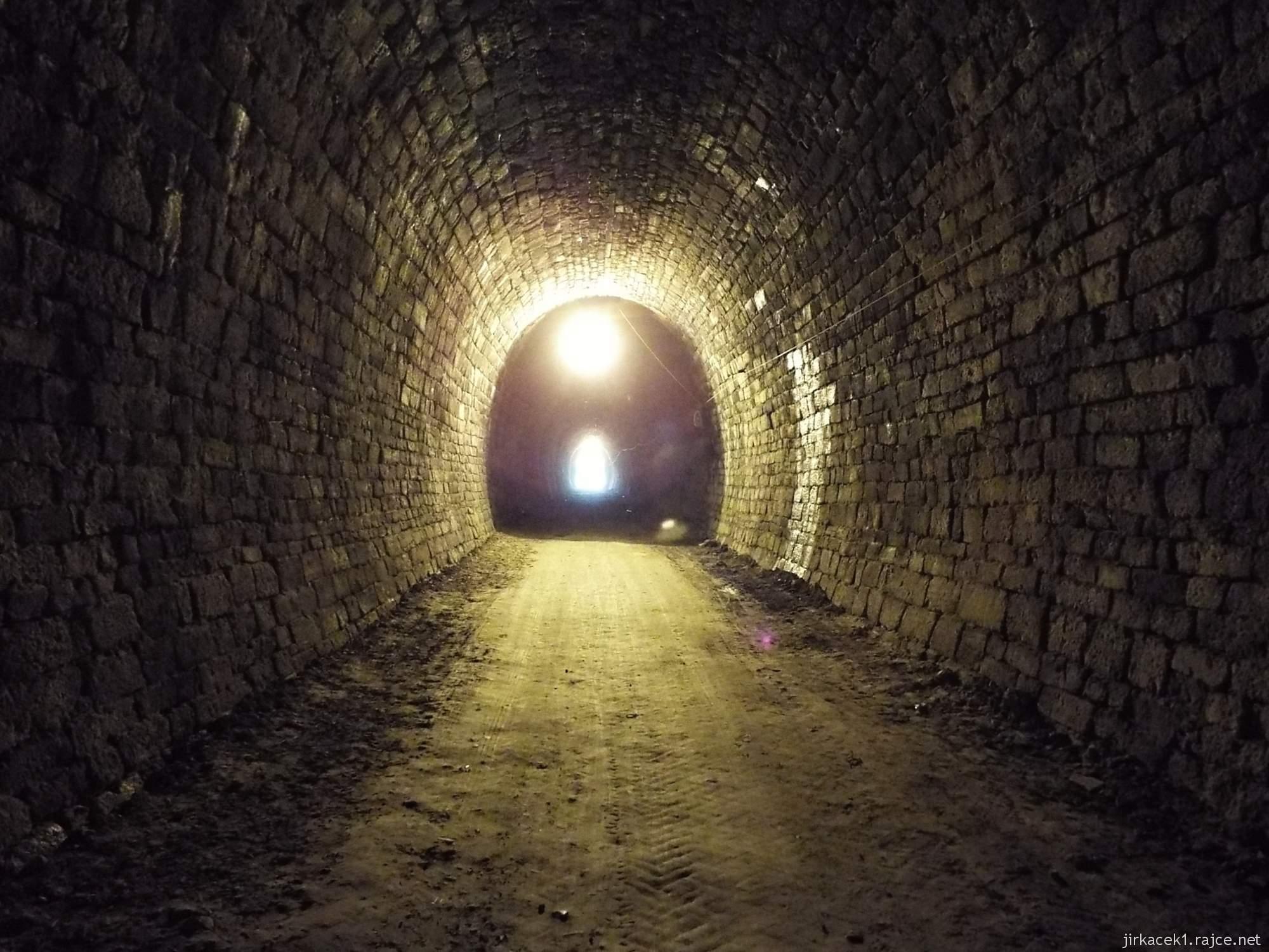 Slavíč - Ferdinandův železniční tunel - světlo uprostřed tunelu