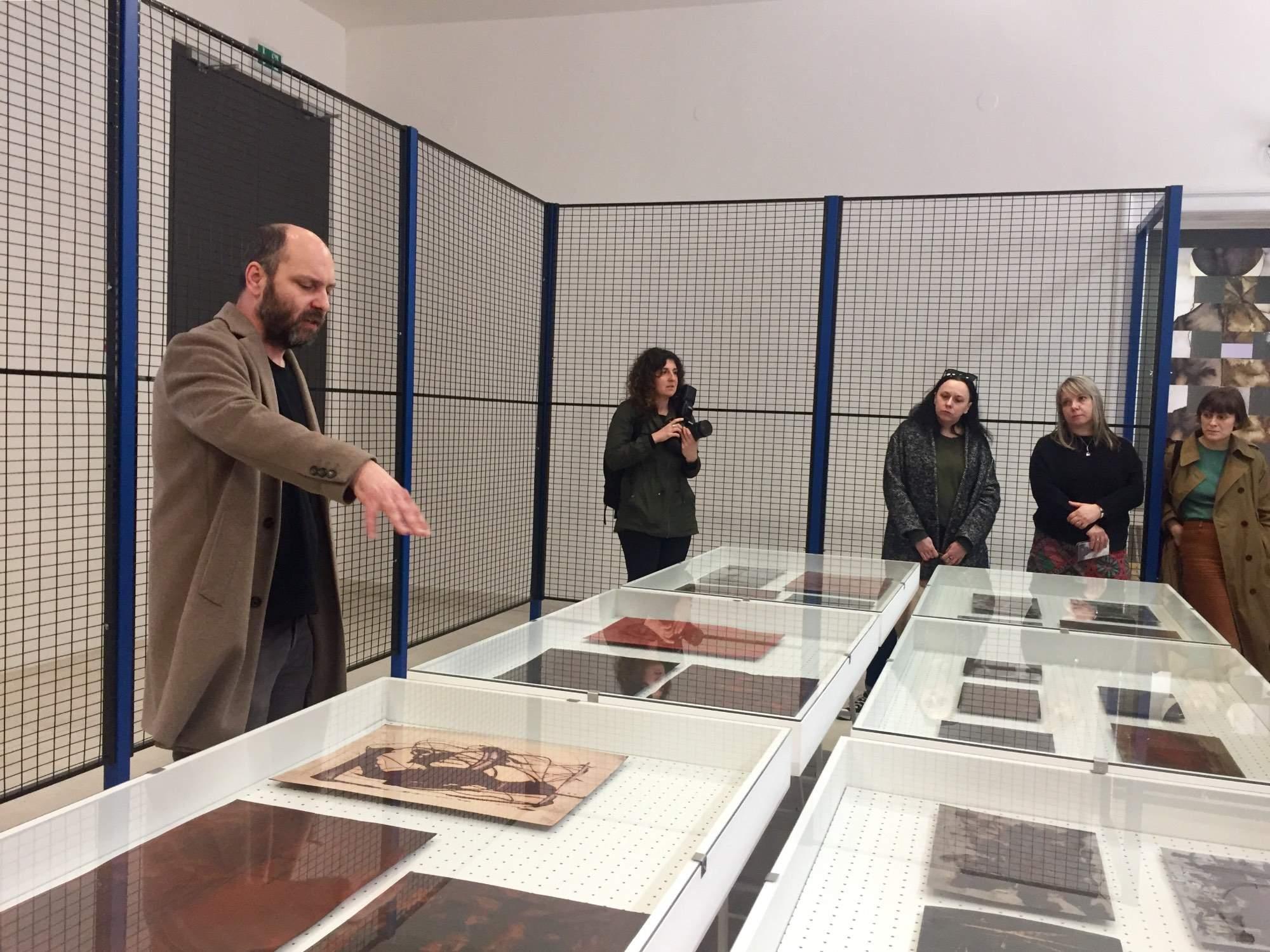 Šéfkurátor Moravské galerie Ondřej Chrobák provádí po výstavě Boudník. Foto: Karolína Novotná