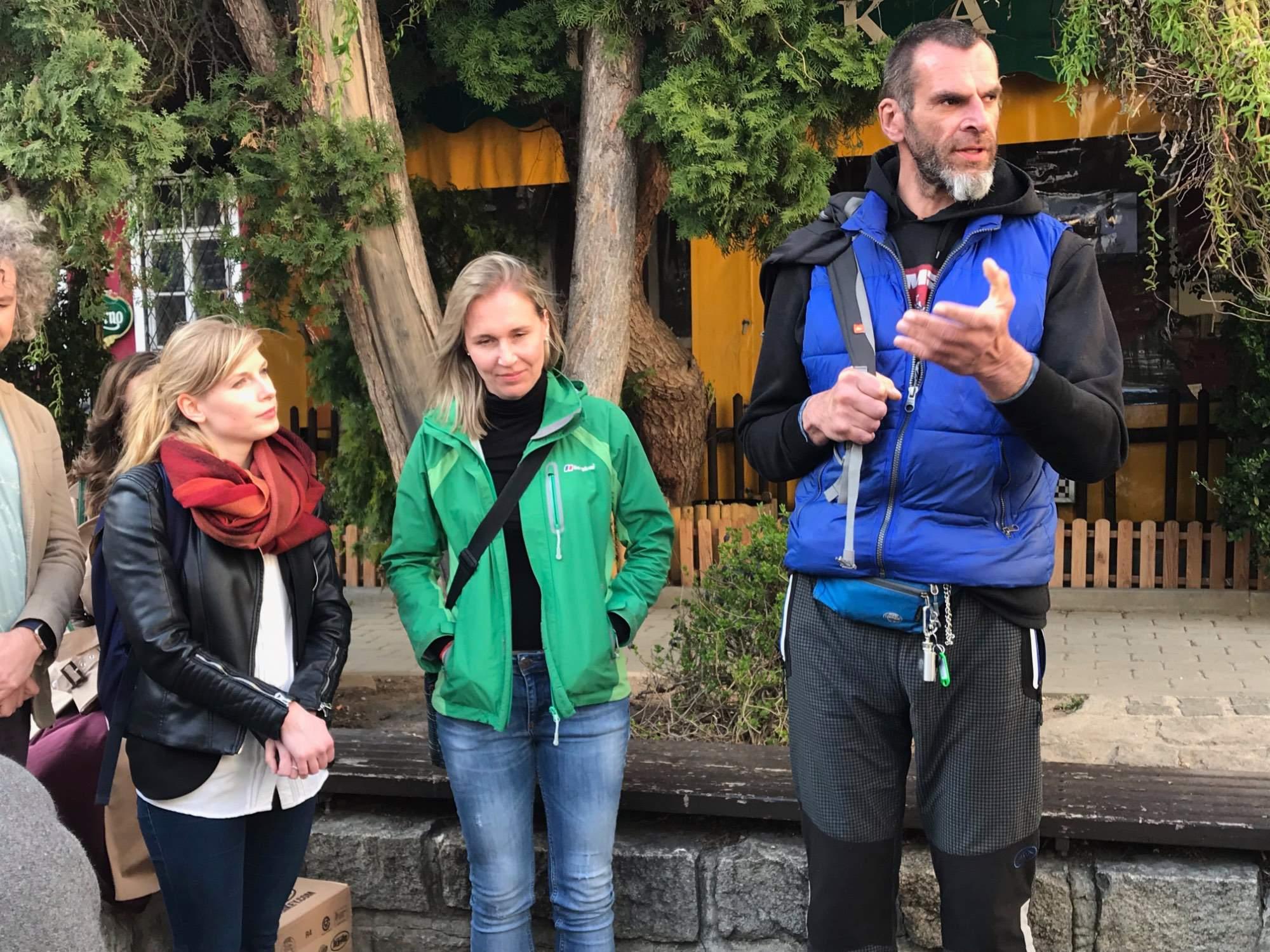 Průvodce Jiří s organizátorkami projektu. Foto: Vendula Kocandová