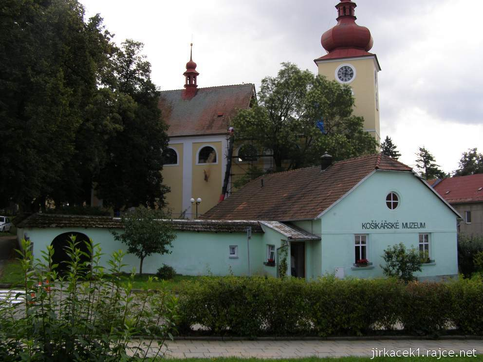 Morkovice - košíkářské muzeum - budova a kostel