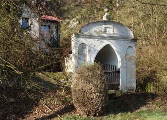 Výklenková kaple cestou ke kostelu.