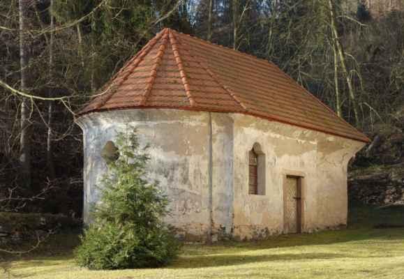 Na zrušeném hřbitově stojí kaplička Božího hrobu. Velmi zajímavá barokní stavba.