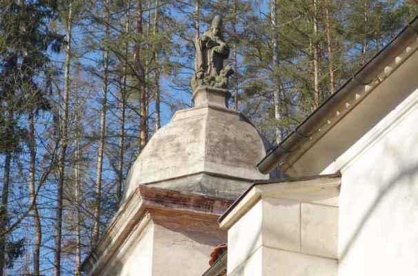 Socha sv. Kiliána zdobí vrchol kopule kostelní věže.