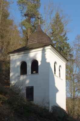 Poblíž kostela stojí samostatná zvonice s dřevěnou věží.