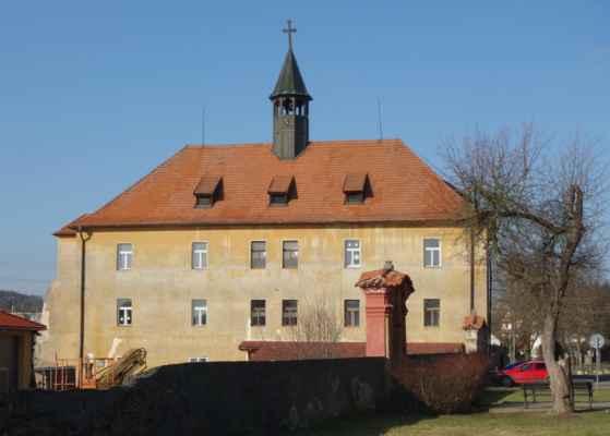 V Hradištku jsem nechala auto poblíž zámku. Jde o barokní obdélný zámek s vížkou na střeše, který byl postaven r. 1709 na místě původní tvrze. Ve velkém sále se dochovaly fresky, které jsou inspirované postavami svatých.