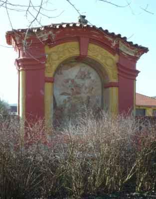 Kaplička v zámecké zdi.