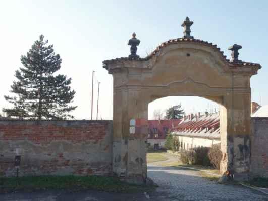 Barokní bránou, mírně ohlodanou zubem času, jsem nahlédla do nádvoří.