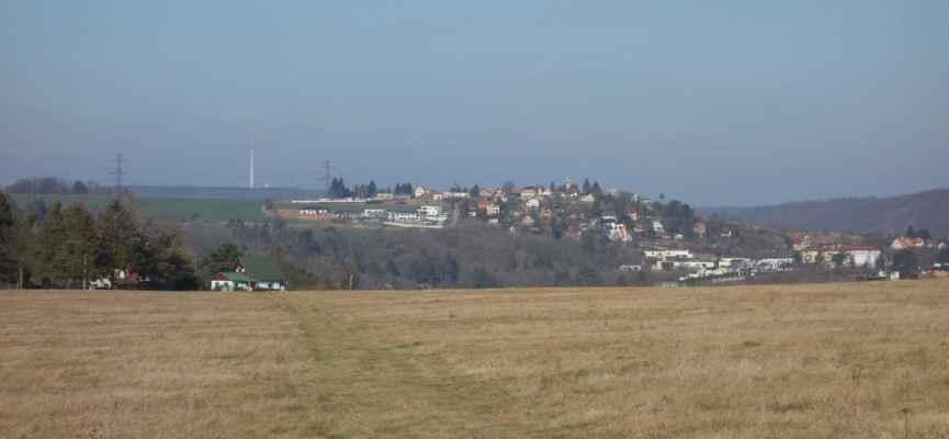 Na konci Hradištka se objevují první výhledy. Před námi je vidět Davle na druhém břehu soutoku Vltavy a Sázavy.