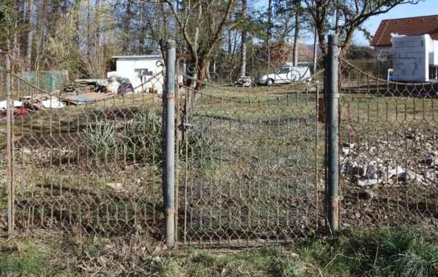 Nostalgie v zahrádkářské kolonii - takový plot jsme také kolem zahrady mívali. Dnes pozdě lituji, že jsme ho vyhodili...