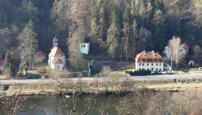 Výhled ze Sekanky na protější břeh, kde je kostel sv. Kiliána, kaplička Božího hrobu, zvonice a fara.