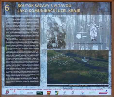 Tahle tabule mě zaujala - tady vede cesta dolů k Sázavě?!? A dokonce se po ní vozilo od řeky zboží apod.?!? Jen mě teda trošku více vadí popis pod obrázkem vpravo dole - ne, tohle opravdu není soutok Sázavy a Vltavy. Ten byl i ve 2 pol. 13. stol. tam co je dnes. Tohle je Vltava, hradiště Sekanka a Ostrovský klášter.