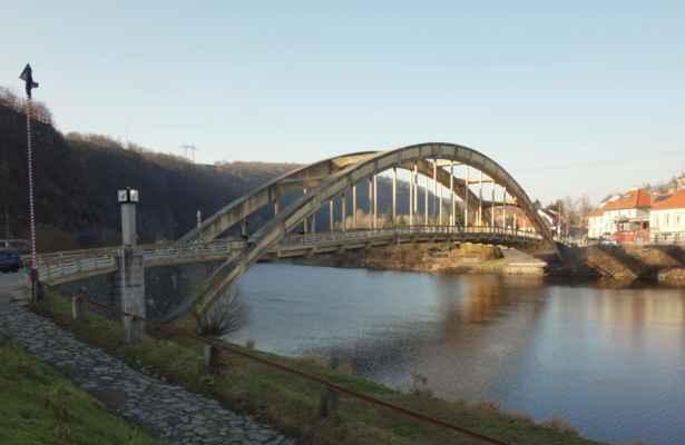 Ve Štechovicích jsem přejela přes most Dr. E. Beneše na druhou stranu. Železobetonový most byl postaven na místě historického přívozu. Stavební práce proběhly v letech 1937-39 podle návrhu architekta Miloslava Klementa. V té době byly poprvé použity dva duté betonové oblouky, na nichž je zavěšena mostovka. Oblouky dosahují výšky 12 m a rozpětí 113,8 m. Most byl otevřen 20. 5. 1939 a za války měl být zničen. Více zde https://www.fronta.cz/pripravy-ke-zniceni-mostu-ve-stechovicich-na-konci-valky