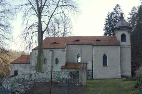 Kostel sv. Kiliána je jako jediný v ČR zasvěcený tomuto patronovi. Zmiňován je až r. 1352, ale postaven byl mnohem dříve. Při opravách na konci 80. let 20. stol. bylo odkryto románské zdivo lodi s okénkem a torzem portálu, které posunulo počátek svatyně zpět do poloviny 12. stol. Objekt prošel pozdějšími přestavbami a úpravami. Jde o jednolodní obdélnou stavbu s trojboce ukončeným presbytářem a s hranolovou věží v průčelí. Hlavní oltář je zasvěcený Panně Marii a sv. Kiliánovi, pochází z první poloviny 18. stol.