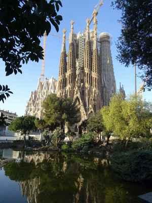 Stavbou Temple Explatori de la Sagrada Familia (Chrámu smíření zasvěceného Svaté rodině) byl Antoni Gaudí naprosto posedlý. Dokončení zakázky, kterou zadala konzervativní společnost toužící po svatostánku, jenž by odčinil hříchy moderního města, považoval Gaudí za posvátnou misi. Jak vysychal příliv peněz, architekt přispíval ze svého a v posledních letech života se neostýchal žádat o příspěvky u každého potenciálního dárce.