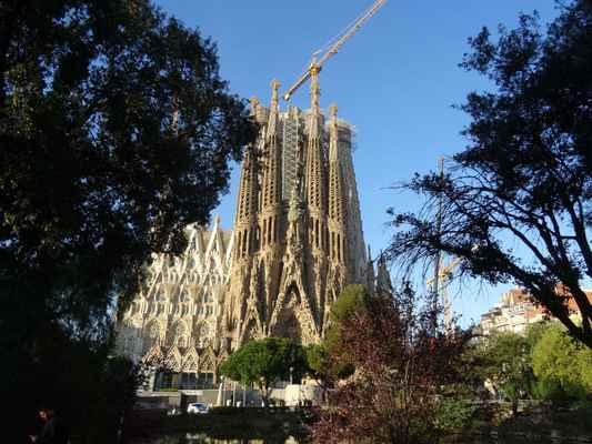 Gaudí navrhl chrám dlouhý 95 m a široký 80 m s kapacitou 13.000 osob a s centrální věží (symbolizující Krista) tyčící se do výše 170 m nad transeptem a s dalšími 17 věžemi vysokými 100 m a více. Dvanáct věží příslušející ke třem průčelím představuje apoštoly, zbylých pět symbolizuje evangelisty a Pannu Marii. Gaudí, který neměl v lásce přímku (tvrdil, že v přírodě se nevyskytuje), vyprojektoval objemné, jakoby nabobtnalé věže, inspirované zvláštními výběžky na hoře Montserrat za Barcelonou, a vyzdobil je změtí plastik, jež jakoby vyrůstaly z kamene.