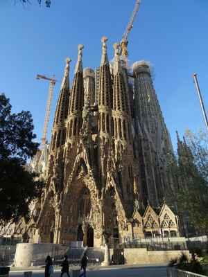 Když Gaudí zemřel, byla dokončena pouze krypta, zdi apsidy, jeden portál a jedna věž. Tři další věžě přibyly do roku 1930, čímž bylo dokončeno severovýchodní průčelí (Průčelí Narození Páně). V roce 1936 vtrhli na stavbu anarchisté a vypálili interiér, včetně dílen, plánů a modelů. Výstavba byla obnovena v roce 1952, ale její postup je spjatý se spory o věrnost původnímu Gaudího plánu.