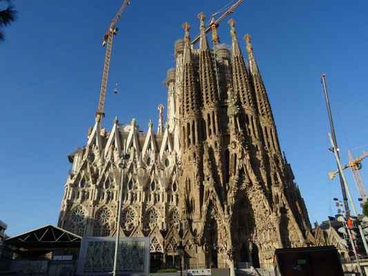 """Východní, nejstarší fasáda """"Narození Krista"""" (započatá v roce 1891) sestává ze tří mohutných portálů (Naděje, Lásky a Víry), nad kterými se tyčí vysoké štíhlé věže. Celá sochařská výzdoba a vlastně celá stavba je plná různých symbolů a odkazů.  Je to jediná fasáda na bazilice, jejíhož dokončení se Gaudí dožil a vyjadřuje tak jeho vizi podoby chrámu."""