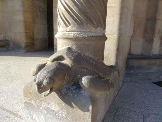a zde je ta želva mořská: Tři hlavní portály jsou odděleny dvěma masivními sloupy ve tvaru palem, u jejichž paty leží dvě želvy. Ovšem ani to nenechal Gaudí bez symboliky - želva, která nese severnější sloup, tedy je blíže k horám Montserrat, je želva suchozemská, kdežto její kolegyně jižněji umístěná, která je blíže k moři, je želva mořská.