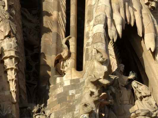 v pozadí Ježíš korunuje Marii, nad středovým Portálem Lásky