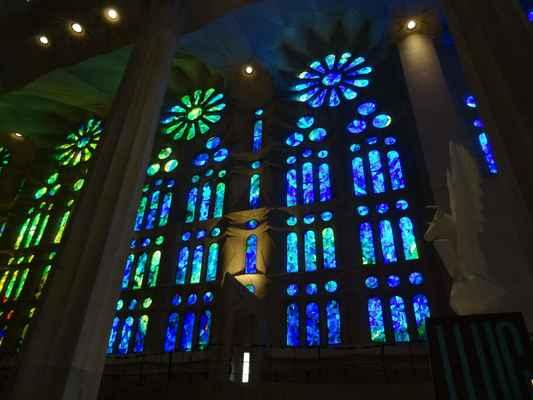 Modré vitráže na straně, kudy proudí světlo ráno