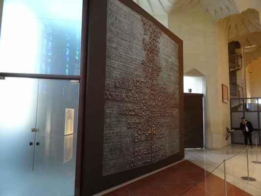 Dveře jižní fasády - Poslední dveře, které zatím zhotovil Josep Marie Subirchas v rámci svého působení na výstavbě chrámu jsou věnované křtu a pokání. Nacházejí se ve vedlejší kapli jižní fasády orientované na jih a jsou také jediným přímým vstupem do komplexu z této světové strany. Odkazují dále na soucit, spásu, štěstí, blaženost a milosrdenství.