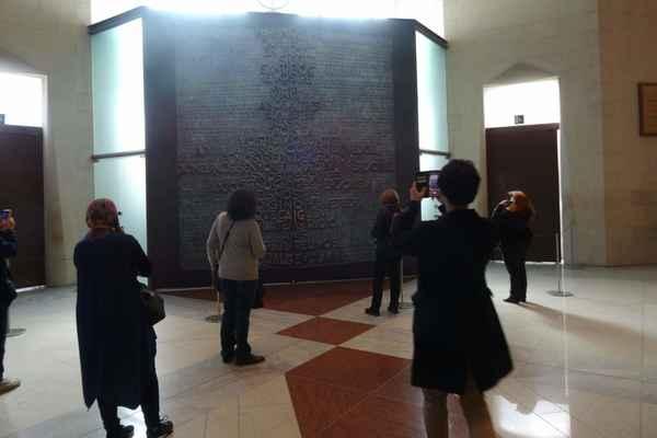 Dveře jižní fasády - Hlavní tématikou tohoto vstupu je text Otčenáše v katalánštině, který je tvořen velkými reliéfními písmeny a doplněn o vyryté modlitby ve 150 jazycích. Tyto čtyřtunové dveře byly na své místo usazeny v září 2008.