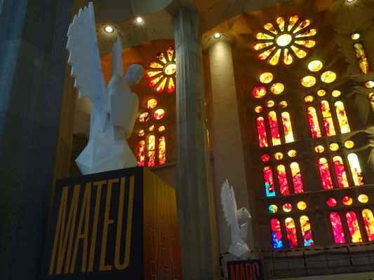 odpolední a podvečerní slunce vstupuje do chrámu oranžovými vitrážemi