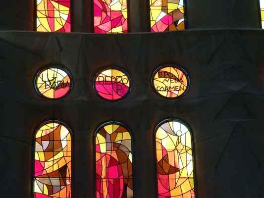 V kulatých okýnkách vidíme jména světců z celého světa