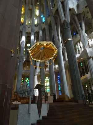 V apsidě, nad podzemní kryptou se nachází hlavní oltář s kněžištěm, který je obklopen sedmi kaplemi, pojmenovanými podle sedmi bolestí a radostí sv. Josefa. Nad jednoduchým stolcem z porfyru je ve výšce dvanácti metrů zavěšen monumentální osvětlený baldachýn, jemuž dominuje socha ukřižovaného Krista na dřevěném kříži.