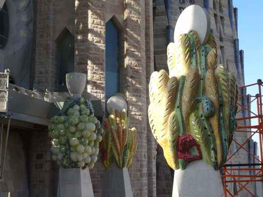 Výrazné barevné hrozny a kalichy představují eucharistii.