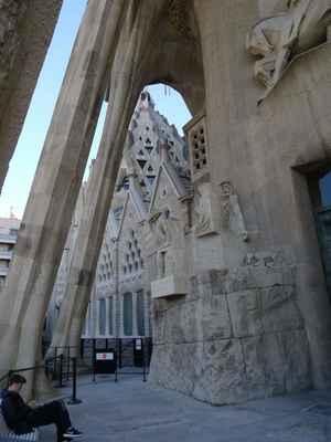 Jihozápadní průčelí s tematikou Kristových posledních dní a smrti bylo postaveno v letech 1954 až 1979 podle zachovalých Gaudího náčrtků. Má čtyři věže a mohutný portál s bohatou sochařskou výzdobou. Sochař Josep Subirachs ji vytvářel v letech 1986 až 2006, přičemž se nepokoušel napodobovat Gaudího, ale vytvořil výrazné hranaté sochy podle vlastní představy. Hlavní skupiny soch ve třech vrstvách tvoří sekvenci ve tvaru písmene S a začínají dole vlevo Poslední večeří a končí Kladením do hrobu nahoře vpravo.