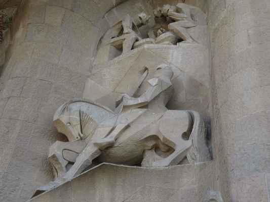 Longinus a jeho kopí, nad ním: Vojáci hrají kostky o Ježíšovo roucho