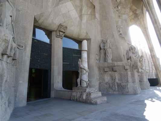 Dveře západní fasády  - Subirachs v rámci západní fasády také vytvořil netradiční bronzové dveře pro vstupní portál této části chrámu. Centrální portál se skládá ze dvou masivních dveří. Každé z nich jsou tvořeny dvěma křídly a celý jejich povrch je vyplněn reliéfním písmem, které obsahuje části z evangelií Matouše a Jana. Po každé straně centrálního portálu jsou umístěny menší dveře, orientované podle světových stran na sever a na jih.
