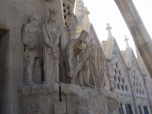 Ecce Homo – Ejhle, člověk! -  Poté, co byl bičován, je před lidmi představen Ježíš s trnovou korunou. Pilát se posadil ohromen rozhodnutím, které musí učinit.