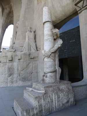 Ježíšovo zbičování. Tři schody vedoucí ke sloupu, symbolizují dny, které uplynuly mezi Ukřižováním a Zmrtvýchvstáním.