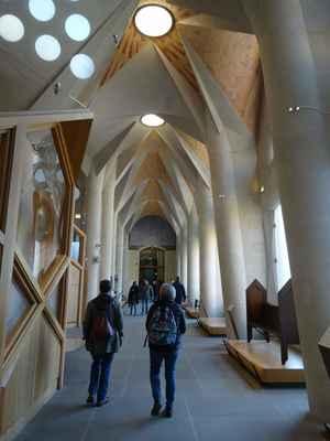 Křížová chodba a sakristie jsou prostorem, kde je vystaven nábytek a další předměty z designérské dílny Antoni Gaudího.