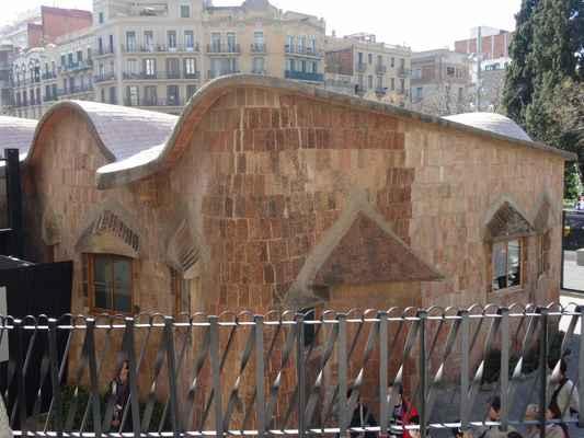 Napravo před průčelím Umučení Páně stojí Escoles de Gaudí, jeden z prostších Gaudího skvostů. Gaudí je zamýšlel jako školy pro děti řemeslníků a opatřil je zvlněnou cihlovou střechou, která okouzluje architekty dodnes. Uvnitř se nachází replika Gaudího skromného ateliéru v podobě, jakou měl v době architektovy smrti, a expozice mapující geometrické vzory a půdorysy, které stavitel využíval.