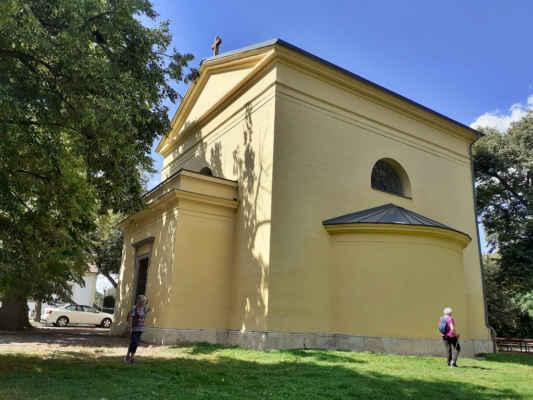 Kaple Nejsvětější Trojice  Na místě původní hradní kaple byla roku 1672 vystavěna kaple Nejsvětější Trojice. Její současná podoba pochází z empírové přestavby v roce 1834.