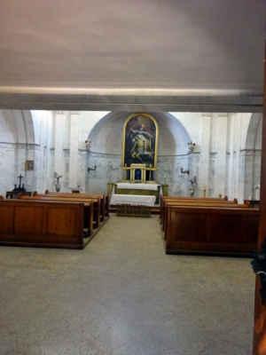 "interiér  kaple focený ""skulinou"""