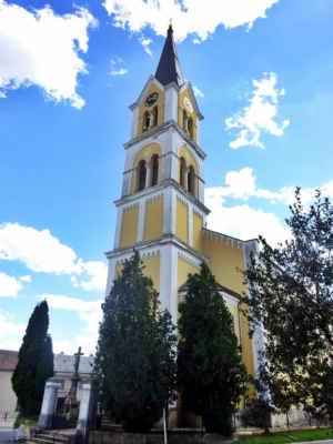 Původní kostel se hřbitovem, který pocházel z roku 1656, musel být pro špatný stav zbořen v roce 1869. Nahradil ho novorománský objekt od stavitele V. Crhy budovaný v letech 1871-73 a financovaný hrabětem Kinským.