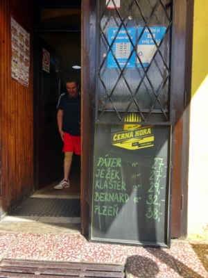 tady je vchod do zámecké pivnice, ale tam nejdeme
